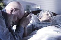 Segít a haldoklónak a távozás megbeszélése