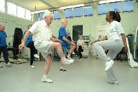Rendszeres testmozgással megelőzhetőek az időskori esések
